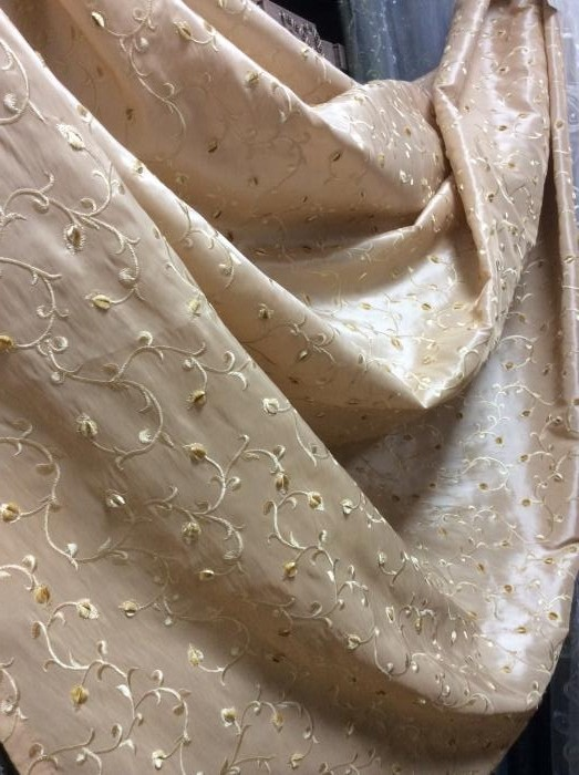 Портьера персиковая - вышивка по тафте